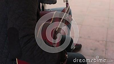 Ejecutantes de la calle que tocan la guitarra almacen de metraje de vídeo