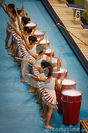 Ejecutantes del tambor en estadio del watercube Foto de archivo editorial