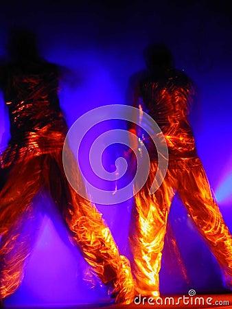 Ejecutantes líquidos de la danza del oro