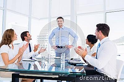 Ejecutivos que aplauden alrededor de la mesa de reuniones for Alrededor de tu mesa