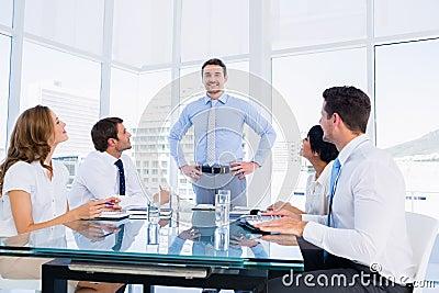 Ejecutivos que se sientan alrededor de la mesa de for Alrededor de tu mesa