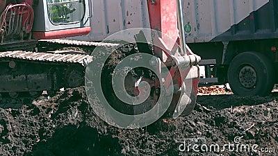 Ekskawator miarki wykopaliska ziemia zanieczyszczająca z nafcianymi toksycznymi materiałami i ładunkiem w ciężarówkę zdjęcie wideo