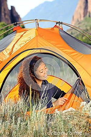 El acampar en las montañas rocosas