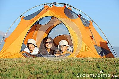 El acampar feliz de la familia