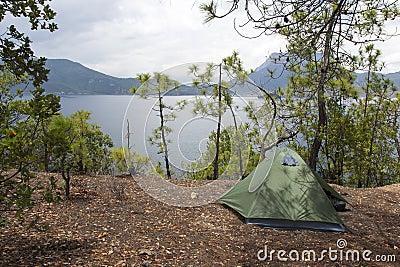 El acampar por un lago