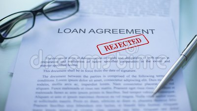 El acuerdo de préstamo rechazó, los funcionarios da el sellado del sello en el documento de negocio almacen de video