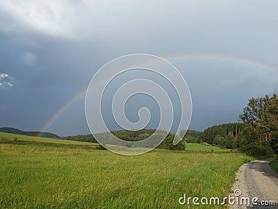 El arco iris después de la tempestad de truenos