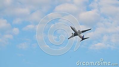El avión saca contra un cielo despejado azul almacen de metraje de vídeo