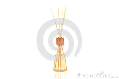 El balneario de madera del aroma se pega en la botella, aislada en blanco