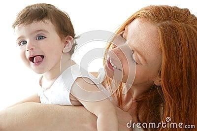 El bebé y la mama en amor abrazan blanco
