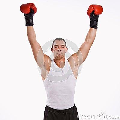 El boxeador con los brazos levantó