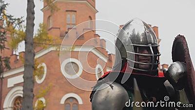 El caballero está peleando en el combate de ataque del torneo medieval almacen de metraje de vídeo