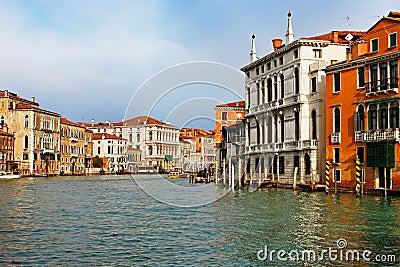 El canal magnífico en Venecia