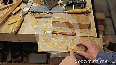 El carpintero inserta el peine de madera de la barba en modelo de madera handmade 4K almacen de metraje de vídeo