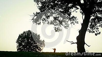 El cazador está en el campo y el objetivo almacen de video