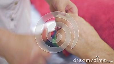 El cierre para arriba de las manos de la masajista hace el masaje de los fingeres de la mano al hombre adulto healing almacen de metraje de vídeo