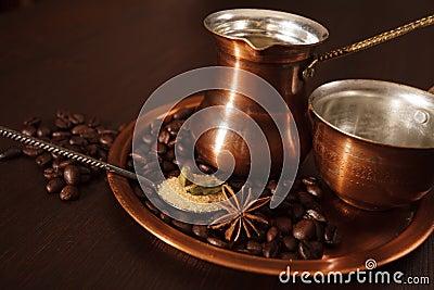El cobre fijó para hacer el café turco con las especias