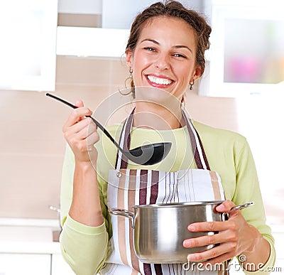 El cocinar de la mujer joven