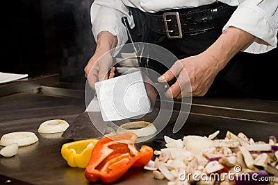 El cocinar del cocinero de Teppanyaki