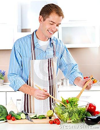 El cocinar del hombre joven