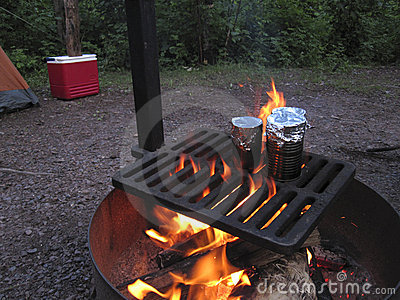 El cocinar sobre una hoguera