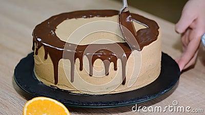 El Cocinero Exprime La Crema Guinda Del Pastel Del Chocolate Torta Blanca Cubierta Con El Chocolate Y La Crema Decoración De La