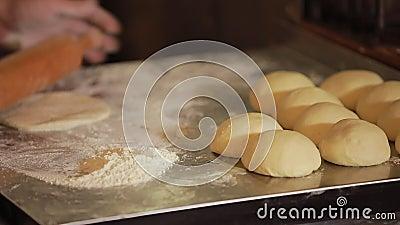 El cocinero rueda la pasta en un tablero metrajes