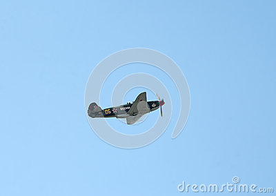 El combatiente de Yak-9UM vuela Fotografía editorial