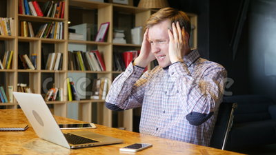 el comerciante financiero en línea subrayado reacciona mientras que él mira el desplome del trato almacen de metraje de vídeo