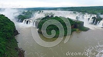 El complejo de las cascadas Iguazu en el Brasil de una opinión del ojo del ` s del pájaro Shevelev metrajes