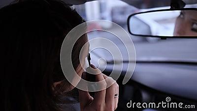 El concepto de belleza y atractivo cepillo de ojos, mujer en el auto Cosméticos de Eyelash almacen de metraje de vídeo
