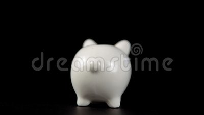 El concepto de caridad durante el movember, alguien pone una moneda en la hucha almacen de video