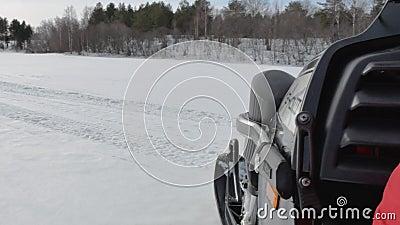 El conductor de la moto de nieve hace sostenido da vuelta en superficie del valle de la nieve almacen de video