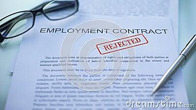 El contrato de empleo rechazó, los funcionarios da el sellado del sello en el documento de negocio almacen de video