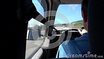 El control del taxista rueda adentro las manos y lleva al pasajero al aeropuerto n metrajes