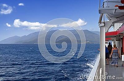 El cruzar en el mar jónico en Grecia