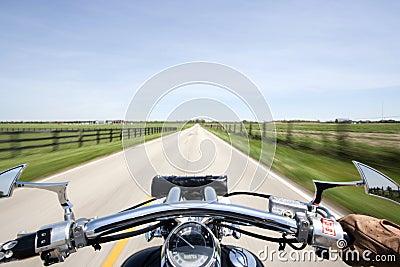 El cruzar en la motocicleta