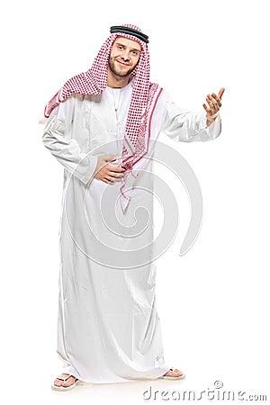 El dar la bienvenida árabe de la persona
