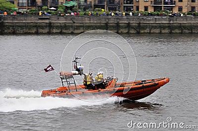 El desfile del jubileo de diamante de Thames Imagen editorial