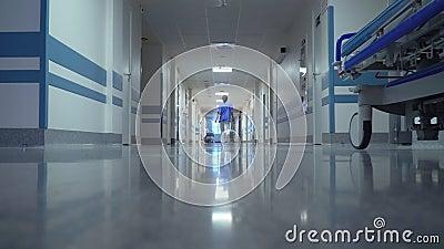 El doctor de sexo femenino Walking en hospital almacen de metraje de vídeo
