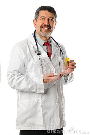 El doctor hispánico Holding Prescription Pills
