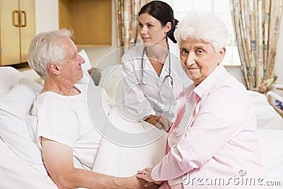 El doctor Talking To Senior Couple
