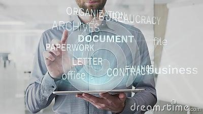 El documento, negocio, fichero, oficina, nube de la palabra de las finanzas hecha como holograma usado en la tableta por el hombr metrajes