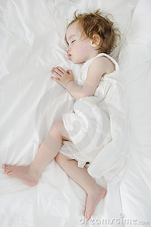 El dormir adorable de la muchacha del niño
