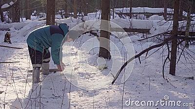 El ecologista recoge muestras de nieve almacen de metraje de vídeo