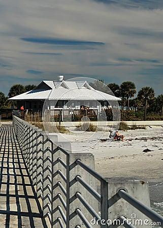 El embarcadero en la playa de Desoto de la fortaleza, la Florida Imagen editorial