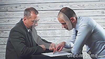 El encargado persuade y fuerza al cliente de firmar un contrato metrajes