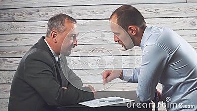 El encargado persuade y fuerza al cliente de firmar un contrato almacen de metraje de vídeo