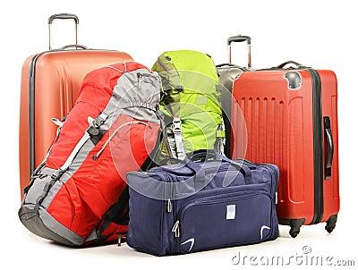 El equipaje que consiste en las mochilas grandes de las maletas y el viaje empaquetan