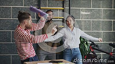 El equipo de lanzamiento multi-étnico diverso del negocio tiene baile de la diversión en oficina del desván y éxito de la celebra almacen de metraje de vídeo